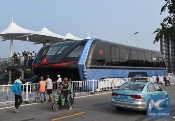 """В Китае запусти """"надземный"""" автобус"""