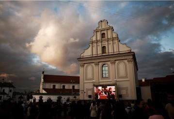 «Классика ONLINE»: в историческом центре Минска состоялась первая «променадная» трансляция симфонического концерта
