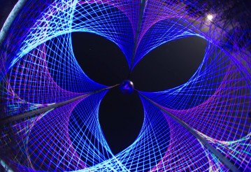 Флуоресцентная выставка – арт-инсталляция НИТЬ
