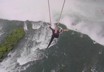 Акробатка повисла на зубах над Ниагарским водопадом. Кадр видео из twitter.com