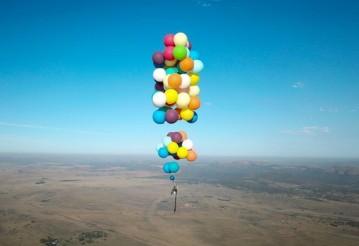 Британец пролетел над Африкой на ста воздушных шариках