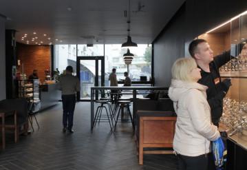 Кофейня и магазин часов в одном месте