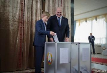 Александр и Николай Лукашенко на участке для голосования. Минск, 11 октября 2015 года. Фото: Дмитрий Брушко, TUT.BY