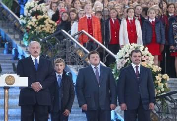 Александр Лукашенко с сыновьями Николаем, Дмитрием и Виктором. 2 октября 2015 года. Фото: пресс-служба президента Беларуси