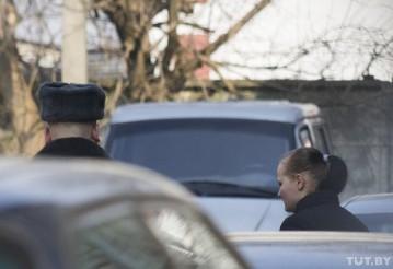 Обвиняемую под конвоем выводят из здания областного суда.  Фото TUT.by