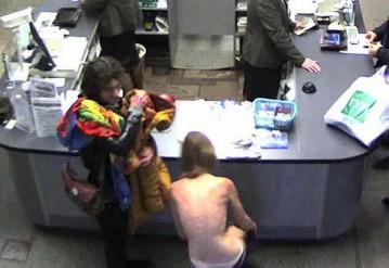 Столичная милиция ищет парня и девушку, которые разделись посреди торгового центра