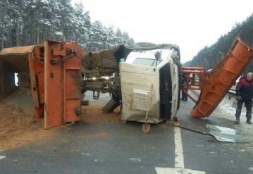 В Сети появилось видео аварии на МКАД, где опрокинулся грузовик дорожников с песком