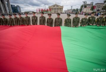 Военнослужащие разворачивают самый большой флаг Беларуси, сентябрь 2015 года. Фото: Евгений Ерчак, TUT.BY