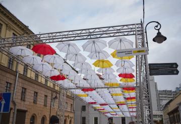 Как в Европе: самую часто затапливаемую улицу Минска укрыли разноцветными зонтиками